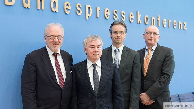 Gemeinsam gegen die Tarifeinheit: Dr. Rudolf Henke (1. Vorsitzender Marburger Bund), Klaus Dauderstädt (dbb Bundesvorsitzender), Ilja Schulz (Präsident Vereinigung Cockpit) und Kajo Döhring (Hauptgeschäftsführer Deutscher Journalisten-Verband).